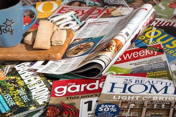 LWC (Light Weight Coated) papíry na výrobu časopisů.